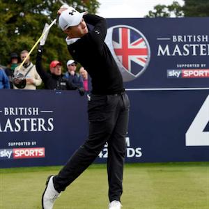 Golfista do British Masters em ação