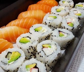 Prato com várias peças de sushi