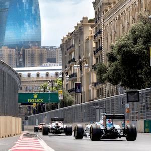 Carros de F1 correndo no Azerbaijão